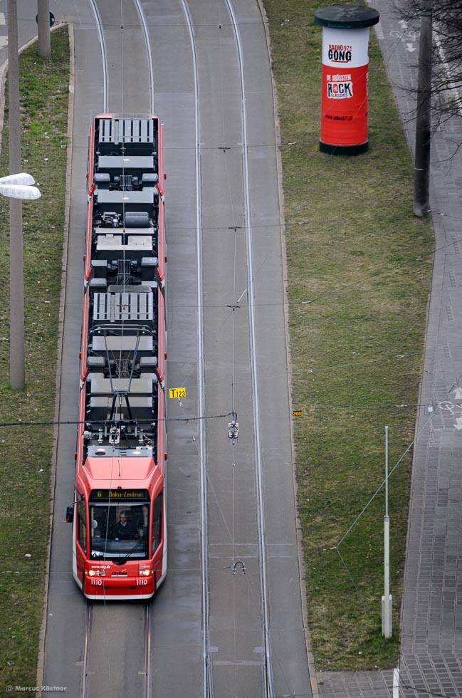 Strassenbahn fährt zum Dokuzentrum