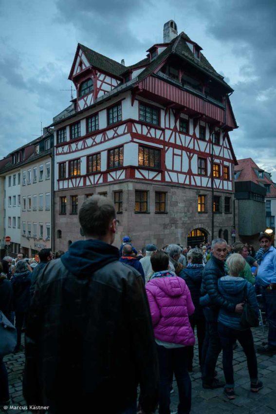 Viele Menschen lauschen einer Musikband vorm Albrecht Dürer Wohnhaus